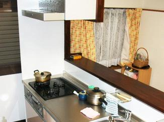 キッチンリフォーム 収納たっぷり、リビング側を向いて料理ができる対面キッチン